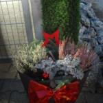Kunstrasenhecke mit Weihnachsdekoration