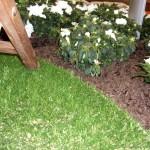 Kunstrasen Green Natural als Bodenbelag für Terrasse im Beet