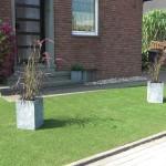 Vorgarten mit Kunstrasen und Pflanzschale