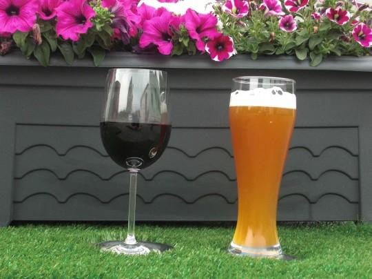 kunstrasen in der fruehlingszeit ist biergartenzeit