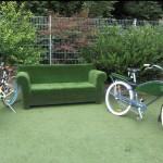 Kunstrasen Sofa und Fahrrad