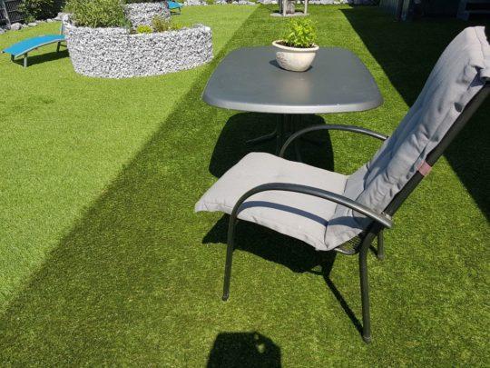 tisch und stuhl auf kunstrasen